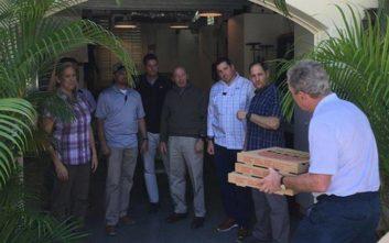 Ο Τζορτζ Μπους μοίρασε πίτσα στους απλήρωτους σωματοφύλακές του