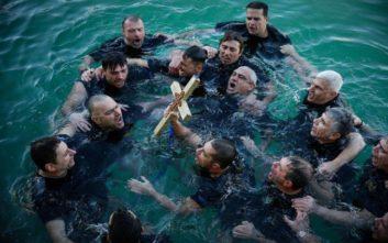 Βατραχάνθρωποι βούτηξαν στο λιμάνι του Πειραιά για τον σταυρό