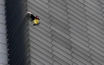 Τον θαύμασαν να σκαρφαλώνει σε ουρανοξύστη 217 μέτρων και μετά τον… συνέλαβαν