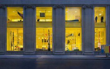 Κατεβάζει ρολά το εντυπωσιακό κατάστημα του Calvin Klein στη Νέα Υόρκη