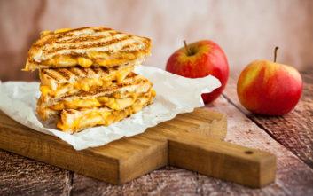 Σάντουιτς στο γκριλ με καραμελωμένα μήλα και τσένταρ