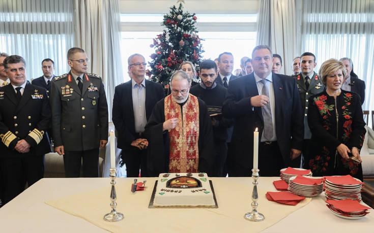 Αποτέλεσμα εικόνας για Βούρκωσε ο Καμμένος στην κοπή της πίτας του υπουργείου Εθνικής Άμυνας