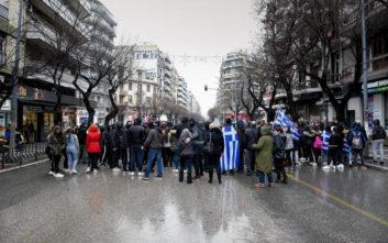 Μαθητές έκαναν πορεία για τη Μακεδονία και ξήλωσαν πινακίδες από ΙΧ Σκοπιανών