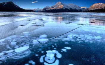 Η παγωμένη λίμνη με τις φυσαλίδες