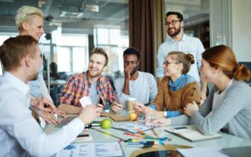 Σχέση με συνάδελφο: 4 σημάδια ότι σε θέλει στη ζωή του
