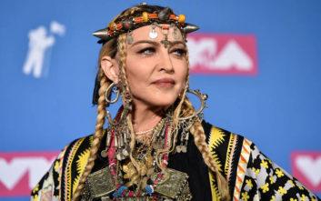 Η Μαντόνα στα 61 της ποζάρει τόπλες και προκαλεί πανικό