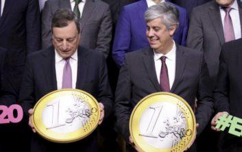 Τα μηνύματα από τις Βρυξέλλες για τα εικοστά γενέθλια του ευρώ