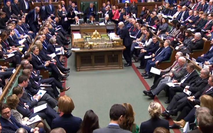 Με ανταρσίες και εκβιασμούς στο φόντο συζητείται σήμερα το Brexit στο βρετανικό Κοινοβούλιο