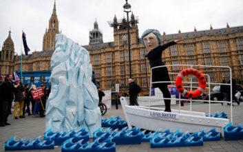 Ο «Τιτανικός» της Μέι και το θολό τοπίο του Brexit μετά την καταψήφιση της συμφωνίας