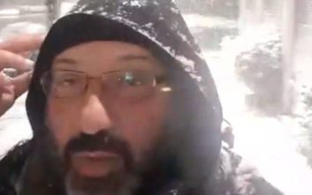 Ο Σάκης Αρναούτογλου προβλέπει τον καιρό μέσα στα χιόνια