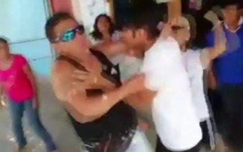 H στιγμή που γονείς επιτίθενται και χτυπούν παιδόφιλο