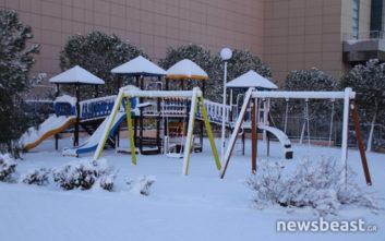 Το χιόνι «έντυσε» στα λευκά παιδική χαρά
