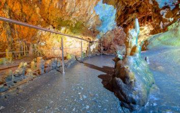Απαράμιλλο θέαμα σε ένα από τα ωραιότερα σπήλαια του κόσμου