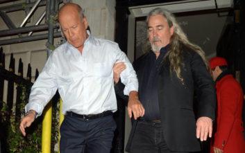 «Τύφλα» ο Μπρους Γουίλις έξω από κλαμπ στο Λονδίνο
