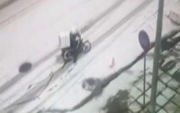 Ντελιβεράς παλεύει να παραδώσει παραγγελία μέσα στα χιόνια