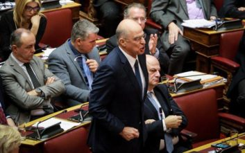 Μια σκηνή που σπάνια βλέπουμε στην ελληνική Βουλή