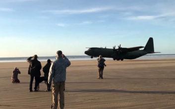 Δείτε ένα θηριώδες C-130 να προσγειώνεται σε… παραλία