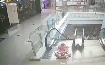Η σοκαριστική στιγμή που μωρό 9 μηνών πέφτει από κυλιόμενη σκάλα