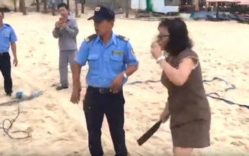 Διευθύντρια ξενοδοχείου επιτίθεται σε δίχτυ του βόλεϊ με… μπαλτά