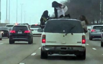 Η στιγμή που δύο γυναίκες κάνουν twerking στην οροφή οχήματος σε αυτοκινητόδρομο