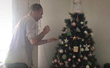 Το χριστουγεννιάτικο δέντρο τους κουνιόταν και έβγαζε ήχους