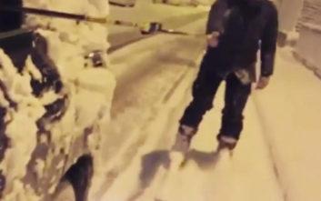Γνωστός ηθοποιός κάνει σκι στους δρόμους της Αθήνας
