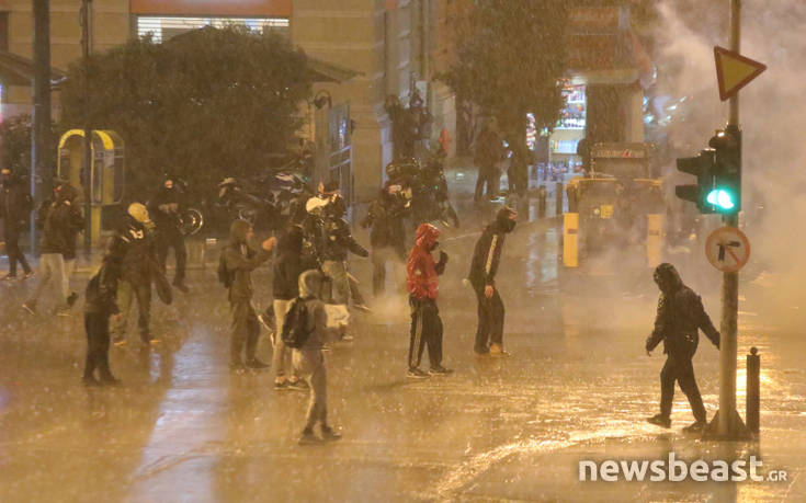 Εικόνες από τις συγκρούσεις διαδηλωτών και ΜΑΤ στο Σύνταγμα