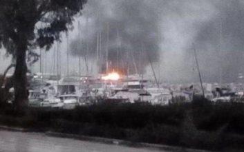 Υπό μερικό έλεγχο η φωτιά σε δύο ιστιοφόρα στο βόρειο λιμάνι της Πάτρας