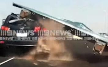 Τεράστια ταμπέλα έπεσε πάνω σε αυτοκίνητο στην Αυστραλία