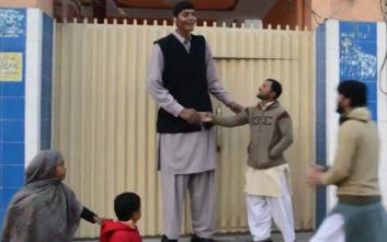 Ο ψηλότερος άντρας του Πακιστάν παλεύει να βρει… ταίρι