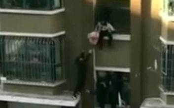 Άνδρας πιάνει στον αέρα βρέφος που πέφτει από τον 3ο όροφο διαμερίσματος