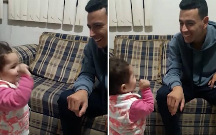 Η συγκινητική στιγμή που μικρή προσπαθεί να επικοινωνήσει με τον κουφό μπαμπά της στη νοηματική