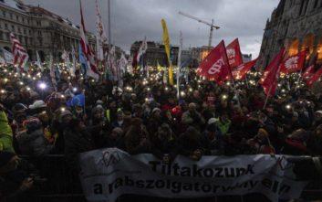 Τουλάχιστον 10.000 διαδηλωτές κατέκλυσαν τους δρόμους της Βουδαπέστης