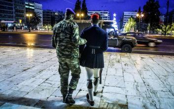 Αλλαγή φρουράς στον Άγνωστο Στρατιώτη με... τζιπ