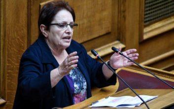 Παπαρήγα: Ο Τσίπρας υψώνει το δάχτυλο στο λαό