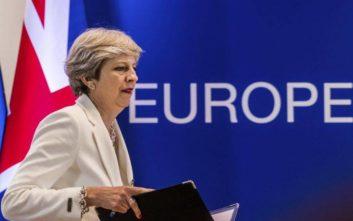 Υπουργοί απειλούν τη Μέι με ανταρσία για το Brexit