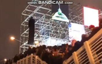 Η σοκαριστική στιγμή που γέφυρα στη Μόσχα ανοίγει στα δύο
