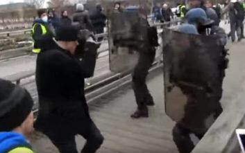 Αυτός ο διαδηλωτής που γρονθοκοπεί τον αστυνομικό είναι… πρώην πρωταθλητής μποξ