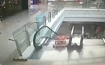 Άντρας σώζει μικρή σε περπατούρα από κυλιόμενες σκάλες