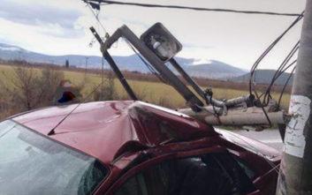 Αυτοκίνητο καρφώθηκε σε κολόνα στη Φθιώτιδα
