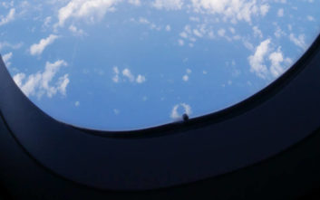 Για ποιο λόγο τα παράθυρα των αεροπλάνων έχουν μια μικρή τρυπούλα;