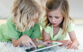Οι πολλές ώρες μπροστά από οθόνες φρενάρουν την παιδική ανάπτυξη