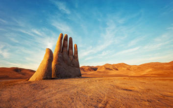 Το «Χέρι της Ερήμου» που συμβολίζει τον αγώνα για την επιβίωση