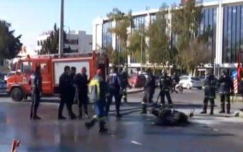 Μηχανή συγκρούστηκε με αυτοκίνητο στη Βουλιαγμένης και τυλίχθηκε στις φλόγες