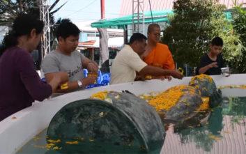 Θαύμα βλέπουν κάποιοι στο άγαλμα του Βούδα που επιπλέει στο νερό