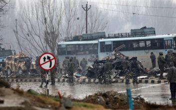 Τουλάχιστον 44 αστυνομικοί νεκροί από επίθεση βομβιστή-καμικάζι στο Κασμίρ