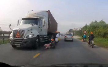 Η στιγμή που μητέρα σώζει το παιδί της από βέβαιο θάνατο