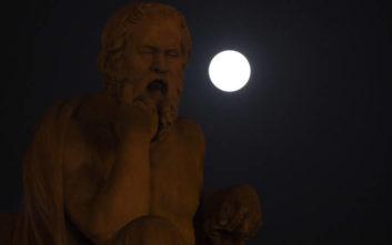 Η «χιονισμένη υπερσελήνη» φώτισε τον ουρανό της Αθήνας