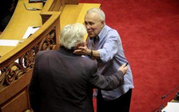 Ο θερμός χαιρετισμός Παπαχριστόπουλου και Ζουράρι στη Βουλή