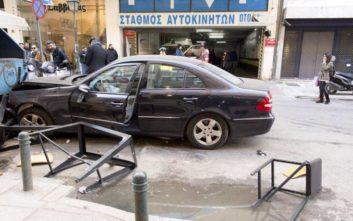 Η στιγμή που αυτοκίνητο πέφτει σε πεζούς και τραπέζια στο κέντρο της Θεσσαλονίκης